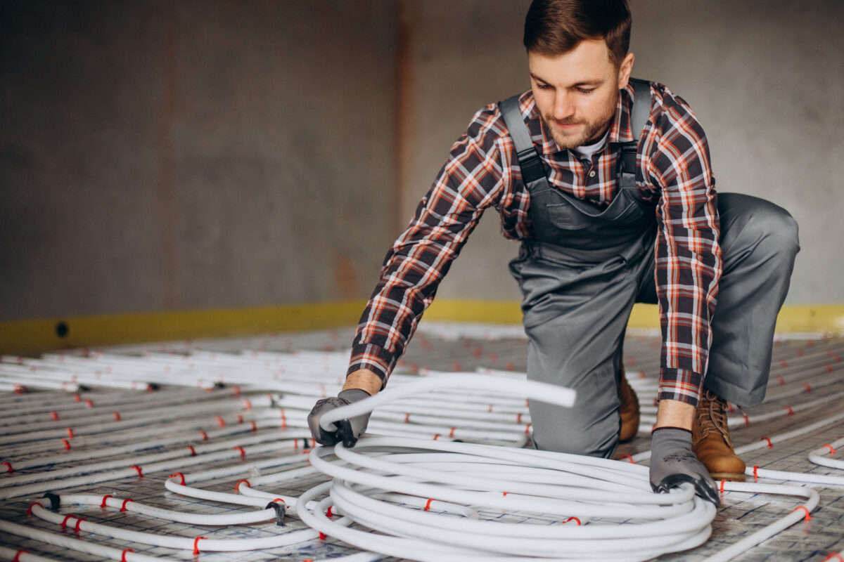 service-man-instelling-house-heating-system-floor-1200x800.jpg